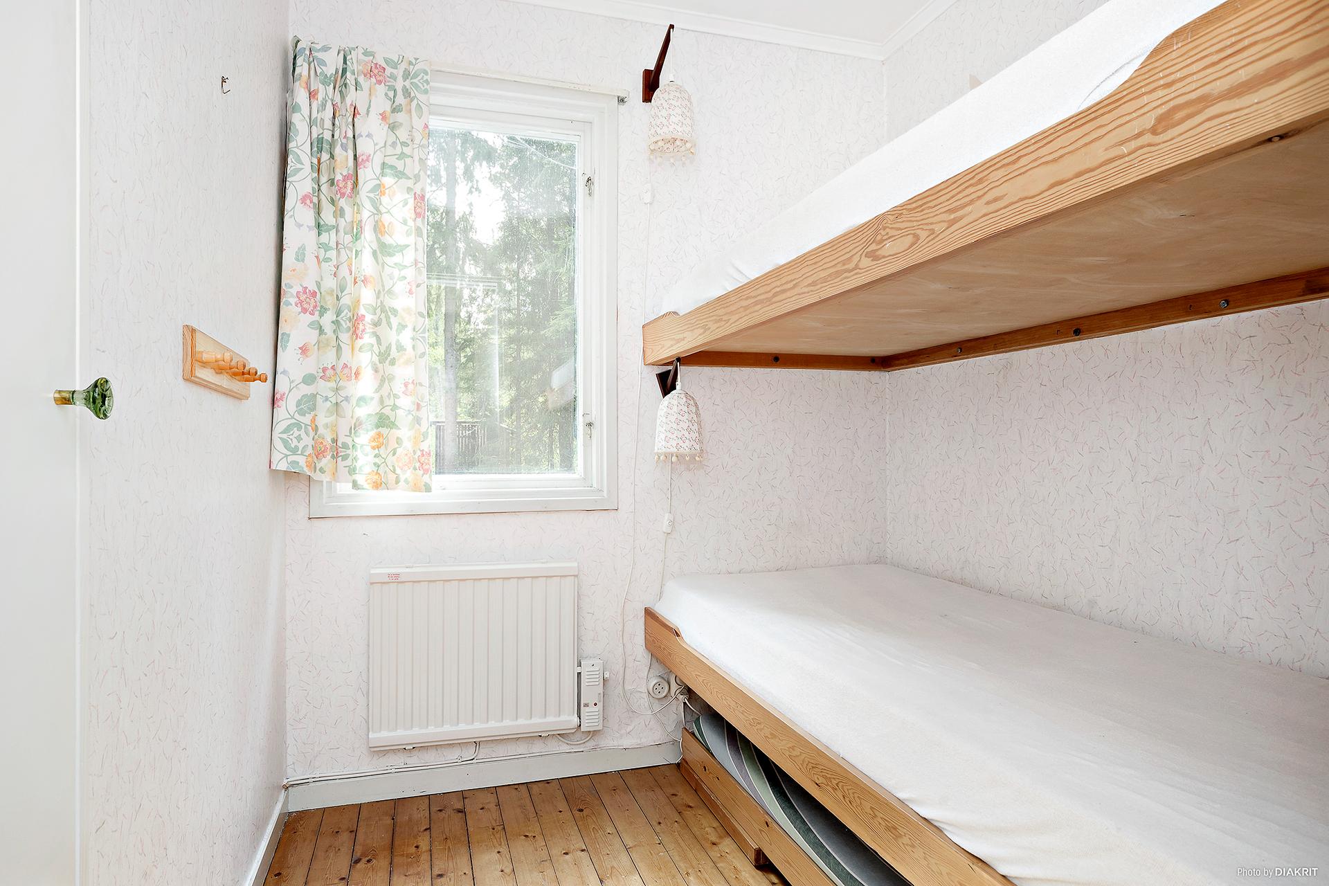 Sovrum 2 med platsbyggd våningssäng