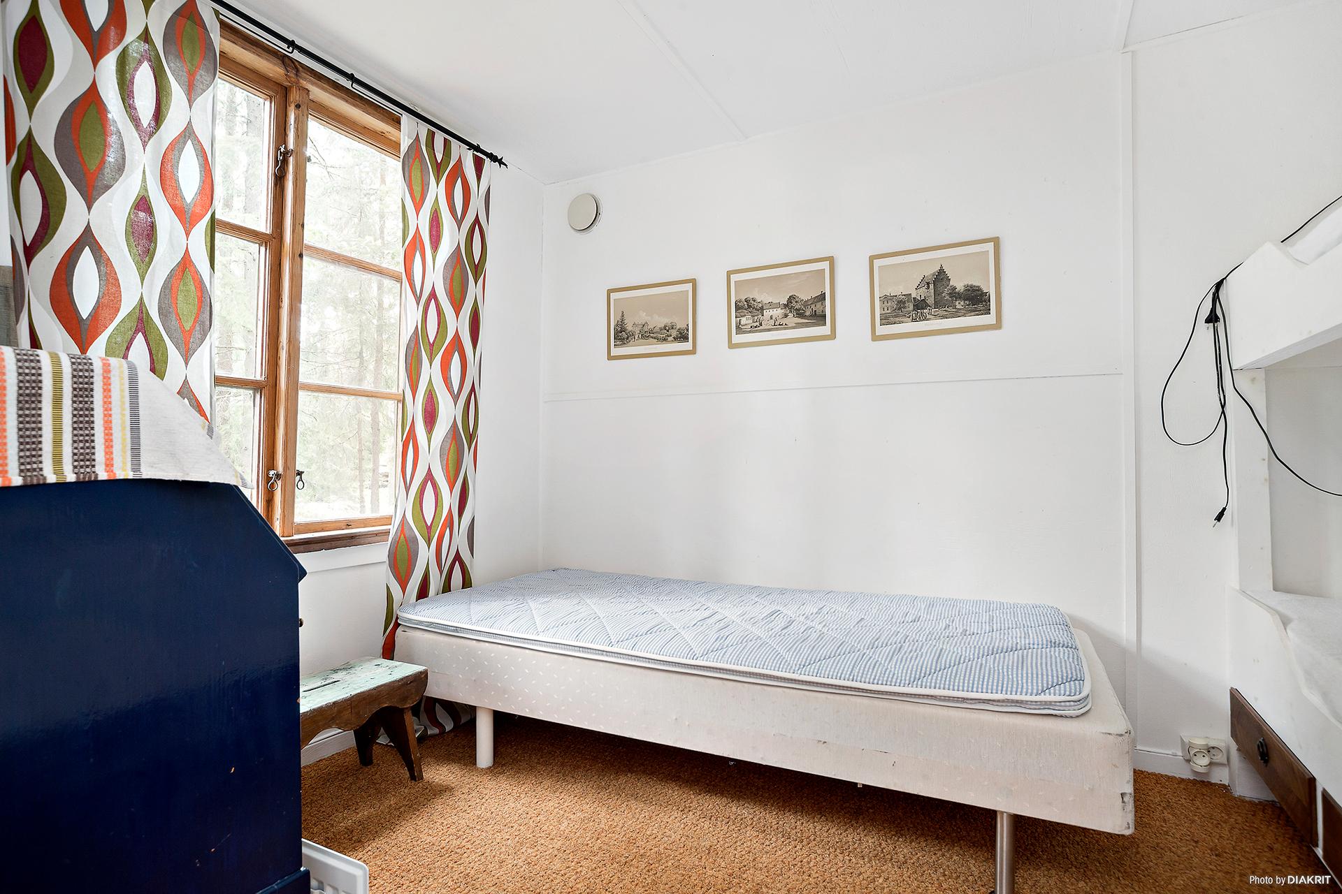 Gästhus med två rum varav ett sovrum.