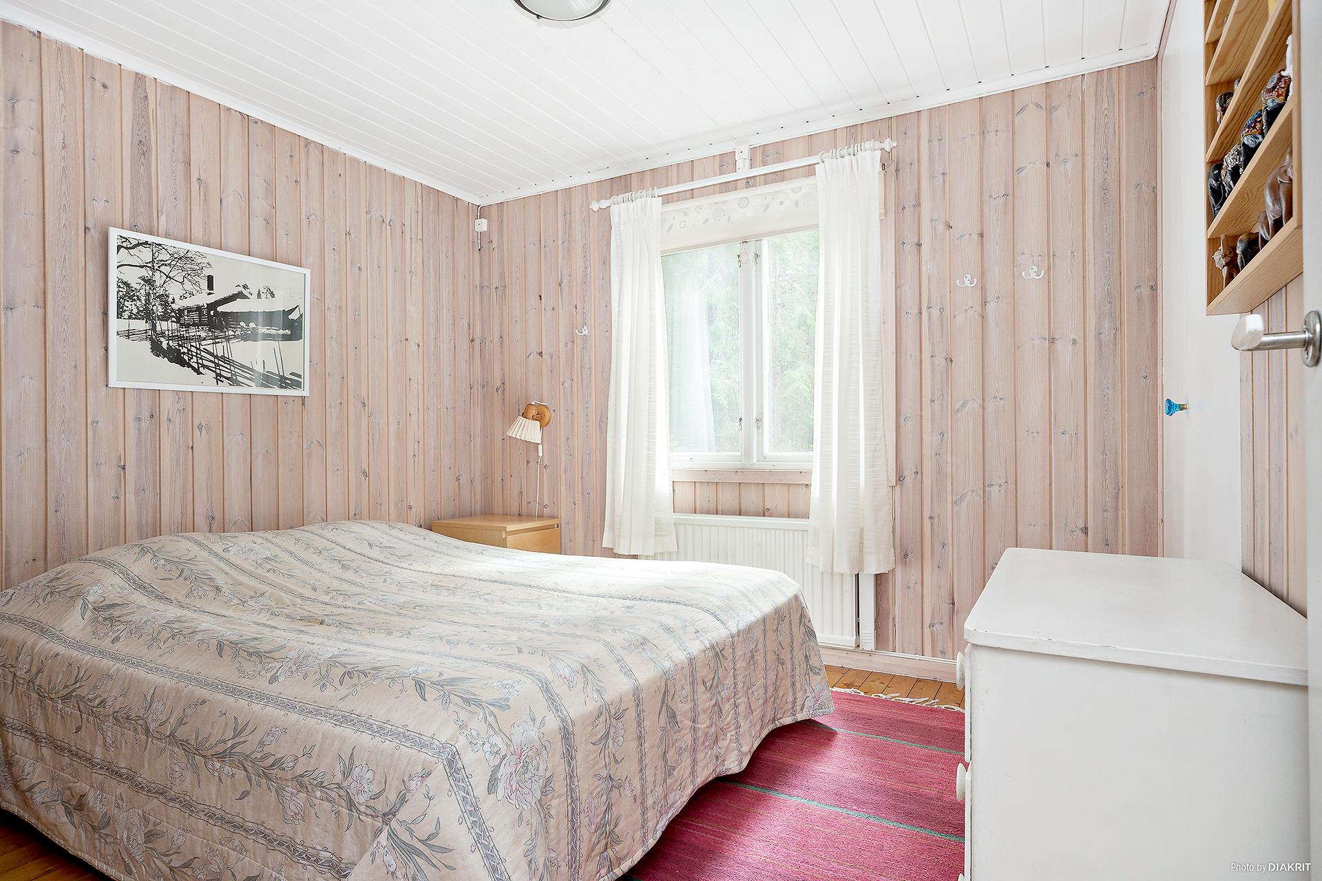 Sovrum 1 med plats för dubbelsäng.