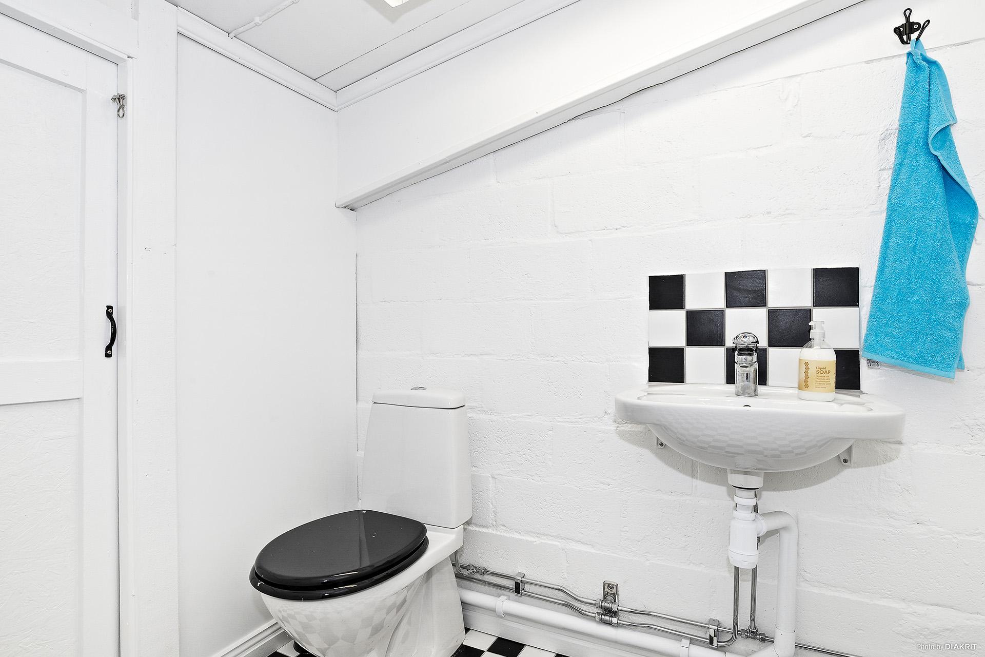 Toalett invid pentry i lokalen