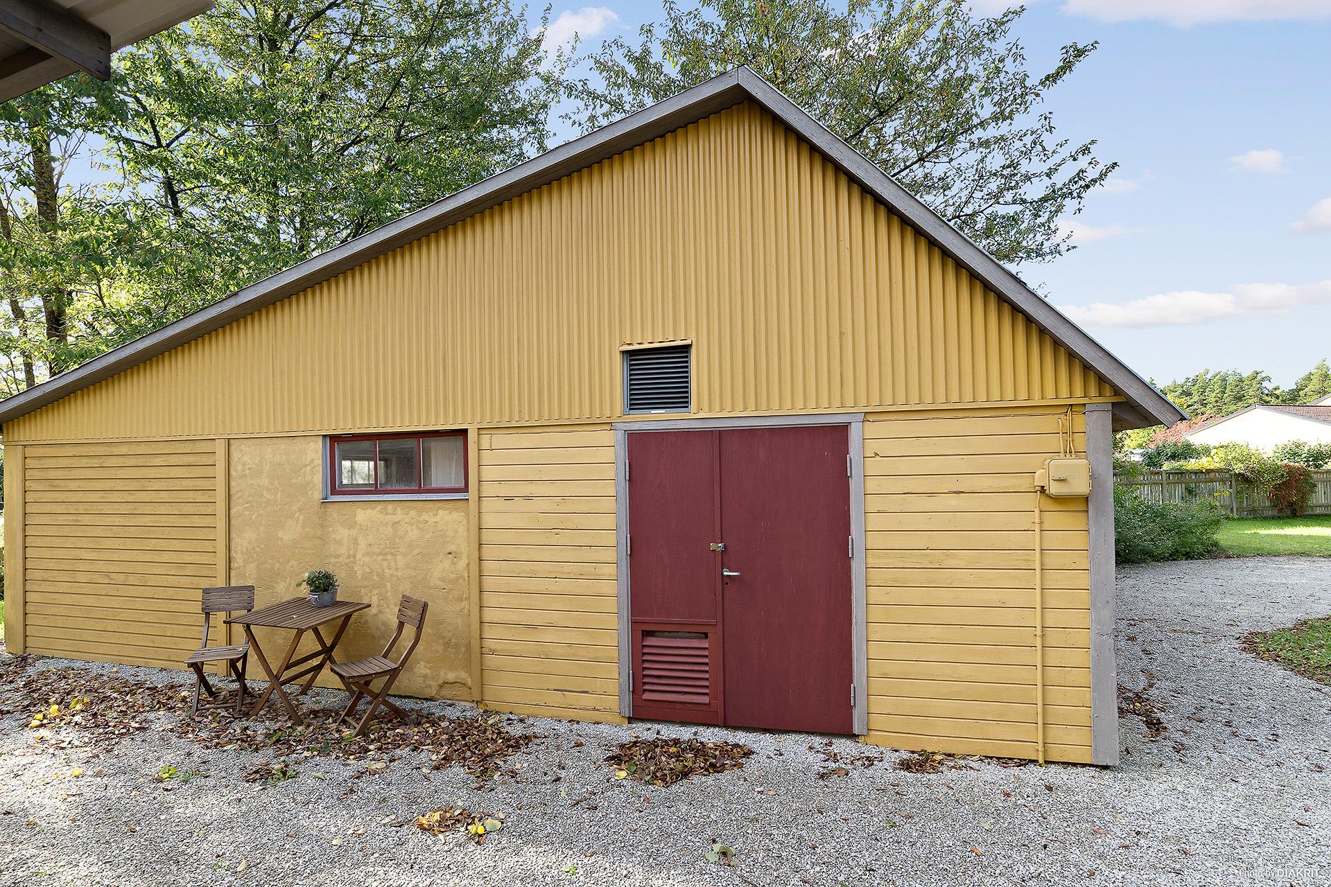 Garagebyggnad (garageport till vänster går att plocka fram igen)