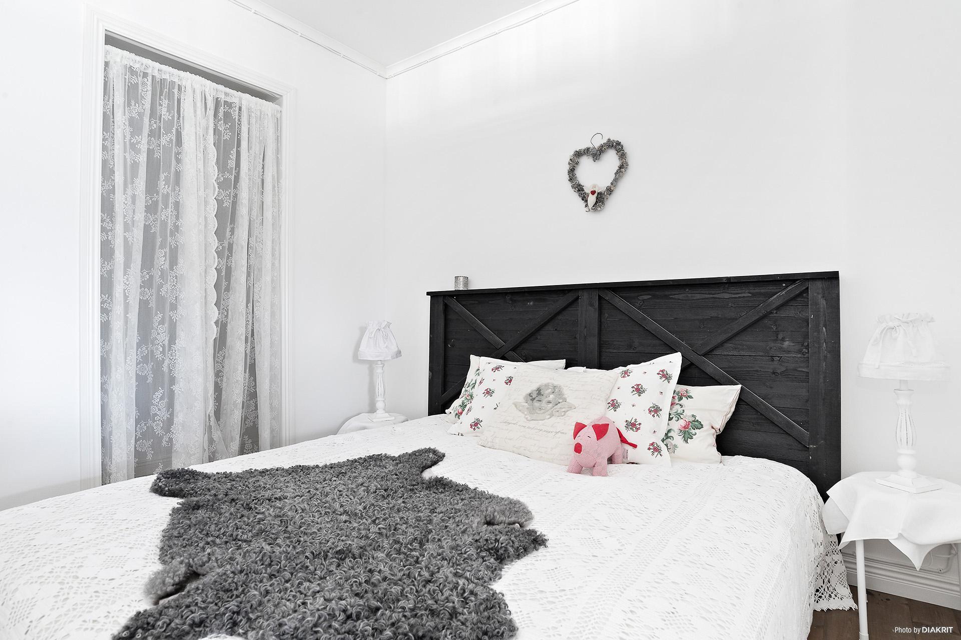 Sovrum ett i lägenheten med klädkammare