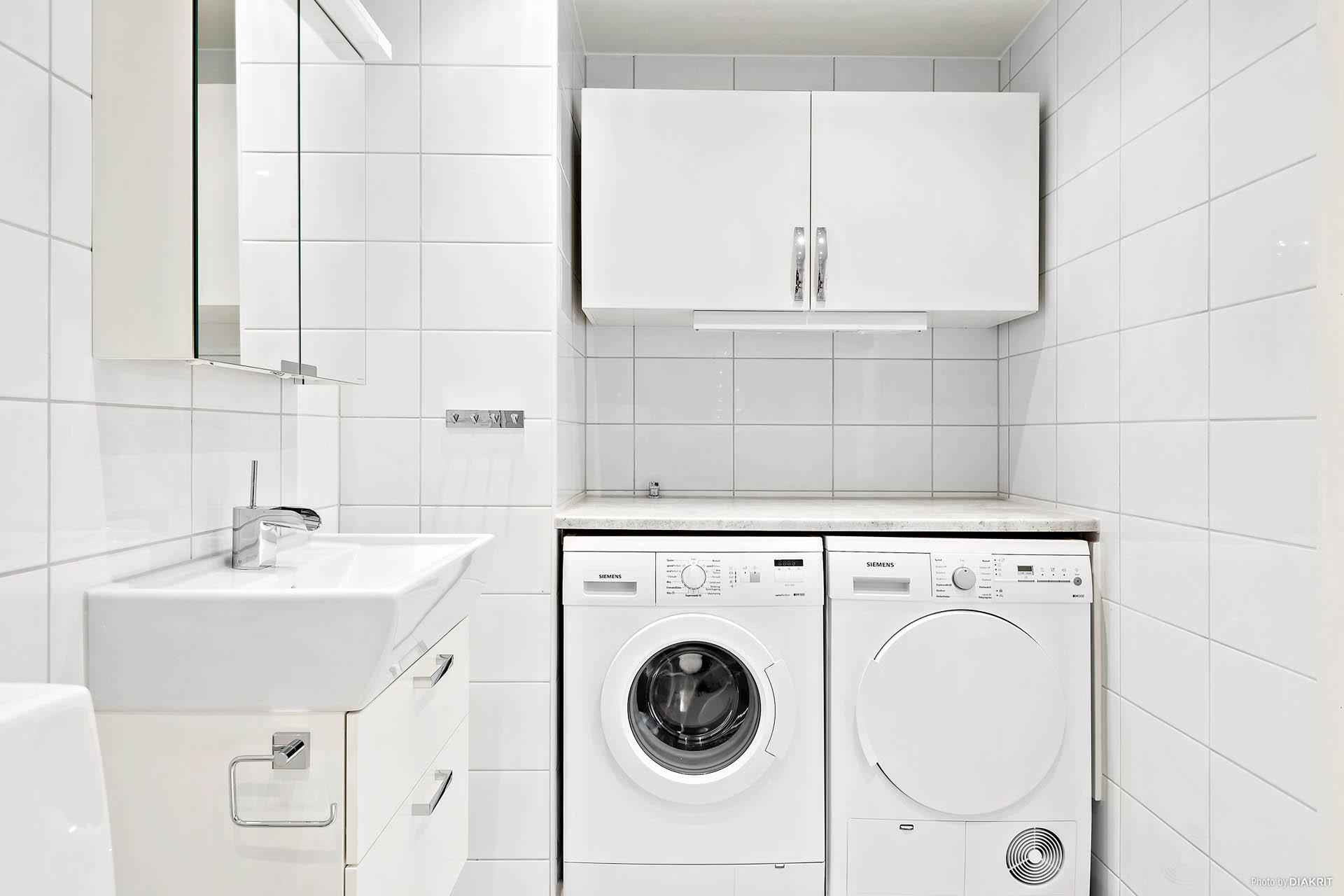 Tvättavdelning med tvättmaskin och torktumlare