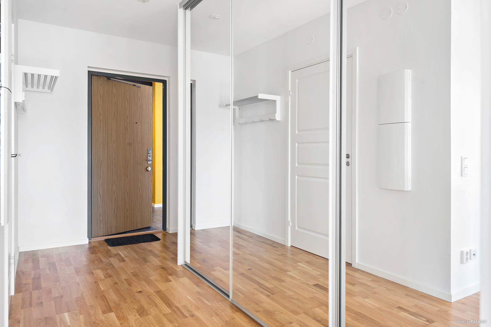 Hall med spegeldörrsgarderober från golv till tak