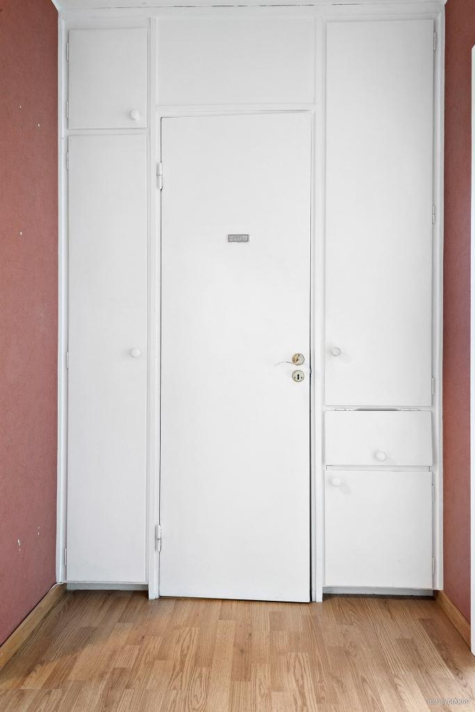 Hall med klädkammare och inbyggda garderober.