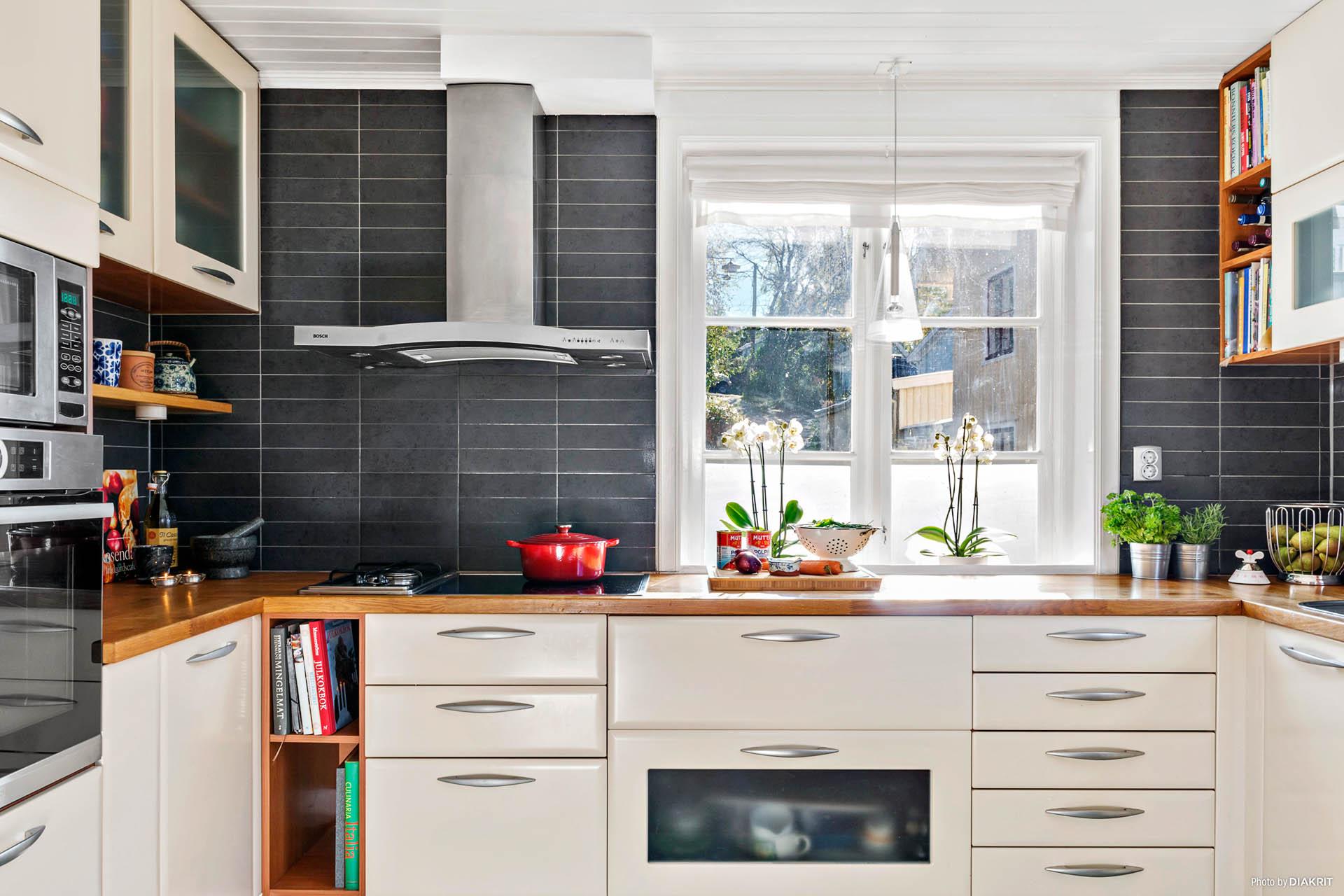KÖK - Inbyggd ugn o micro, spis med glashäll och två gasplattor för trevlig matlagning
