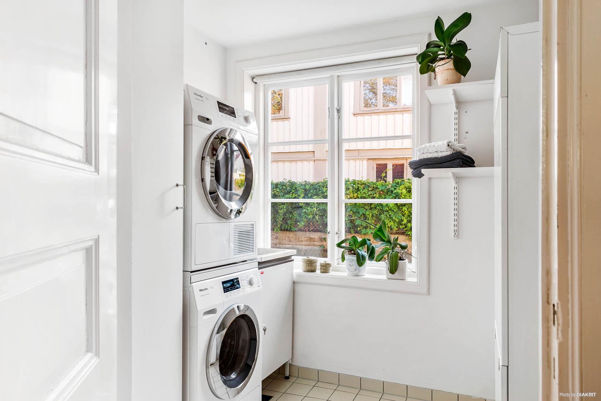 TVÄTTSTUGA - Praktisk tvättstuga med tvättpelare, tvättho samt förvaring