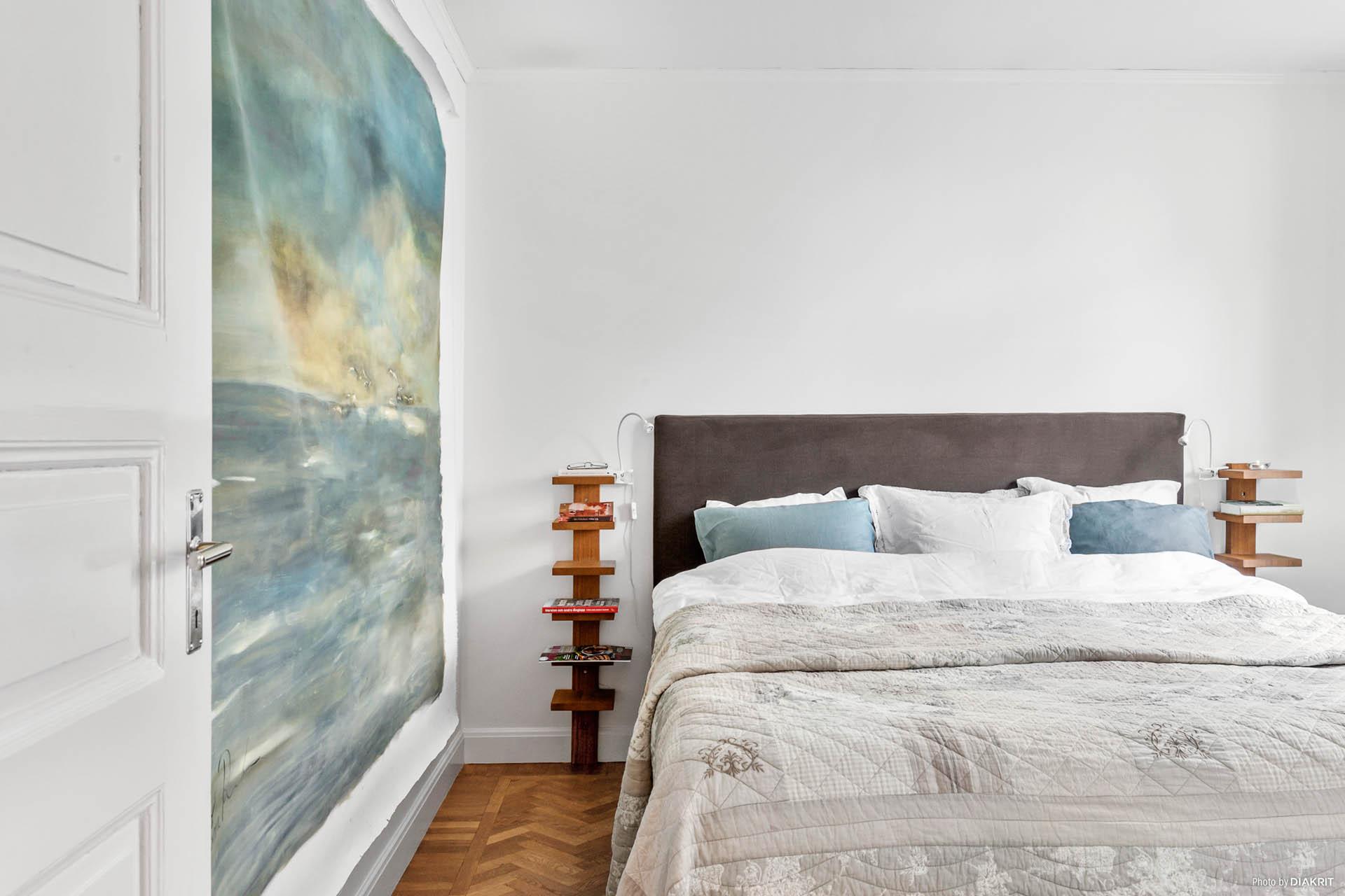 SOVRUM 1 - Vackert golv med fiskbensparkett och tidstypiska tak och golvlister