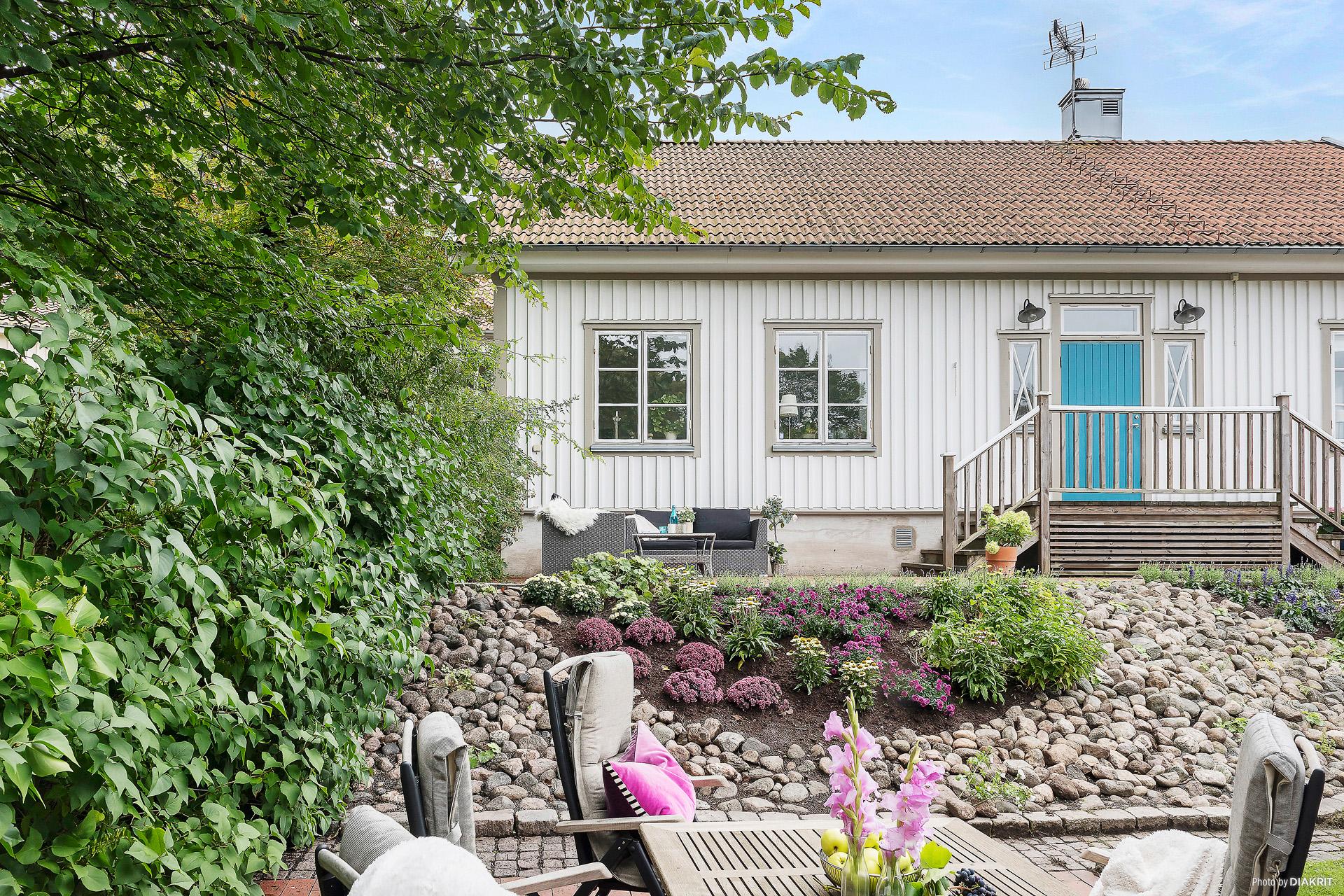 TRÄDGÅRD - Omgärdad lummig trädgård med fina stensättningar