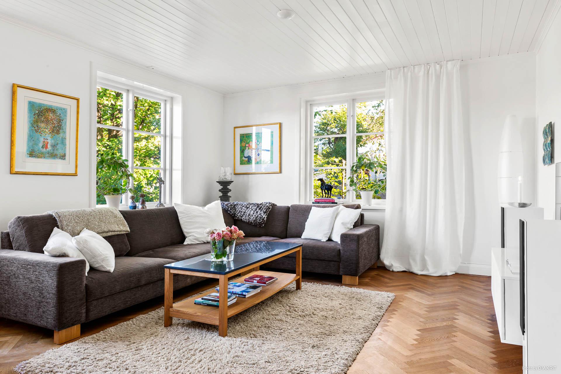 VARDAGSRUM - Ljust vardagsrum med fönster i två väderstreck