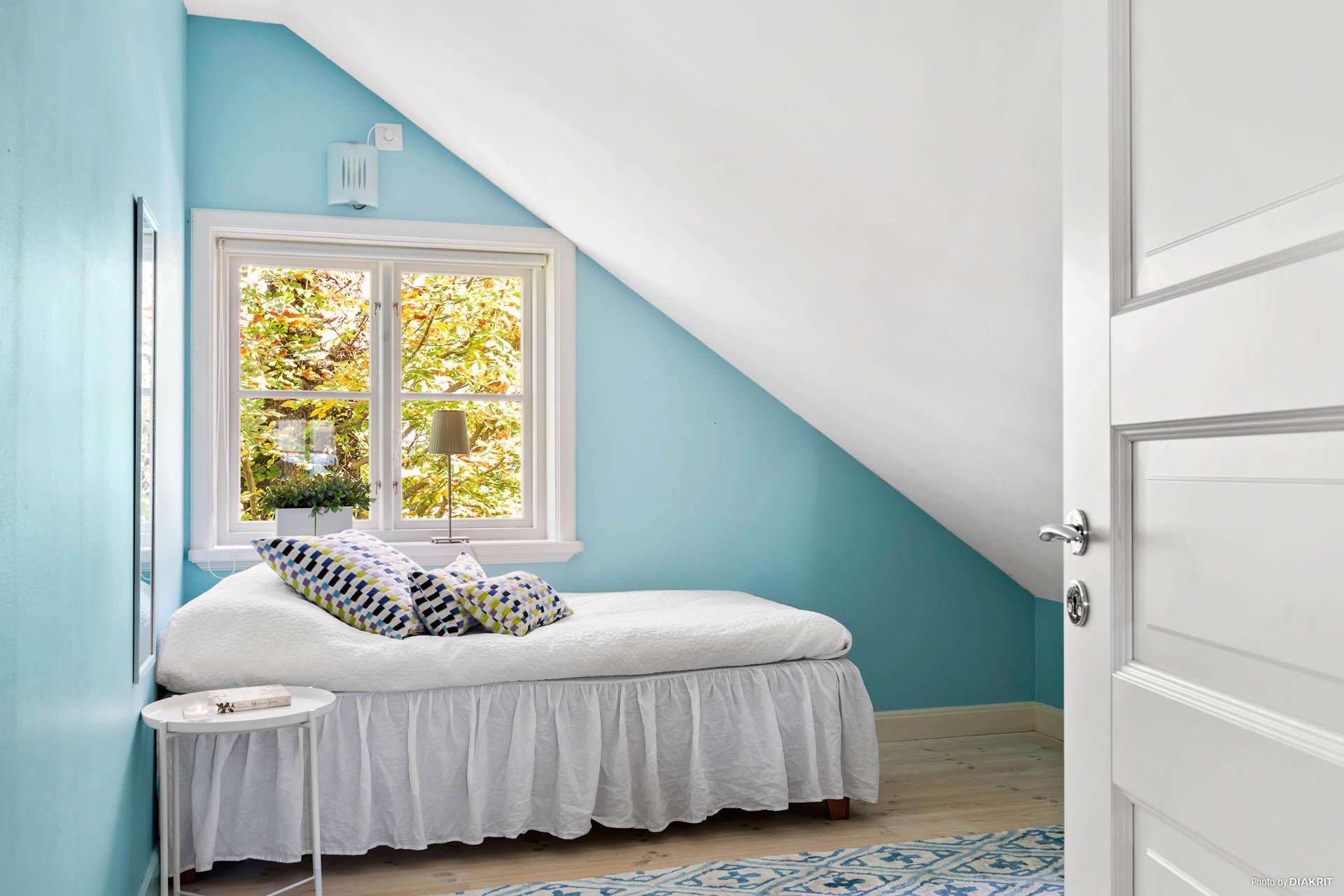 SOVRUM 3 - Ljust sovrum i turkosa toner med utsikt mot stor park