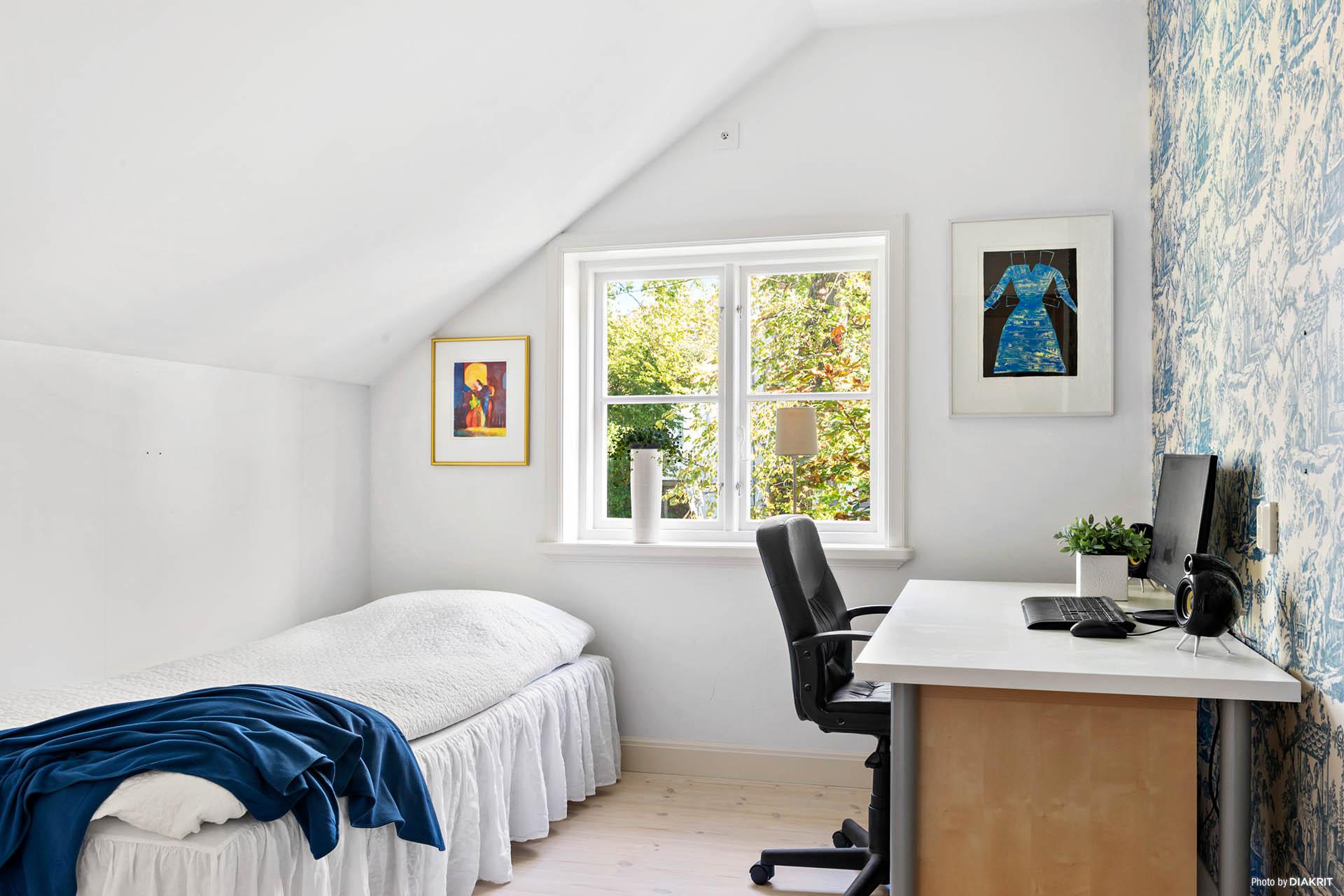 SOVRUM 2 - Ljust sovrum med fondvägg och utsikt mot stor park