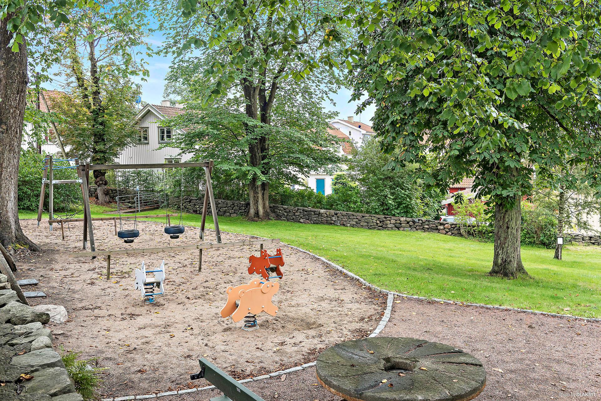 HEMBYGDSGÅRDENS PARK - Huset sett från den angränsande stora parken med lekplats