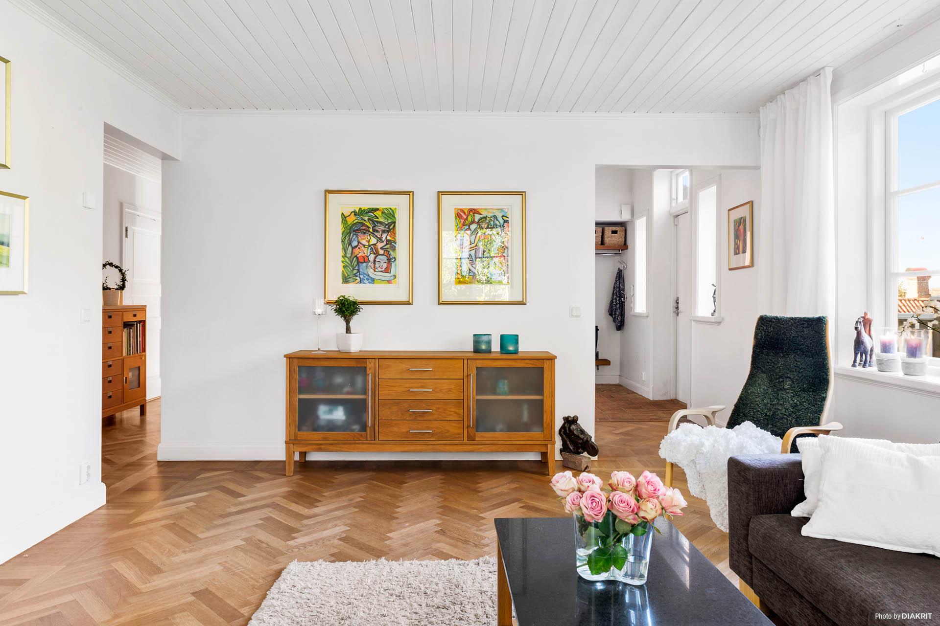 VARDAGSRUM - Vacker fiskbensparkett och ljusa väggar