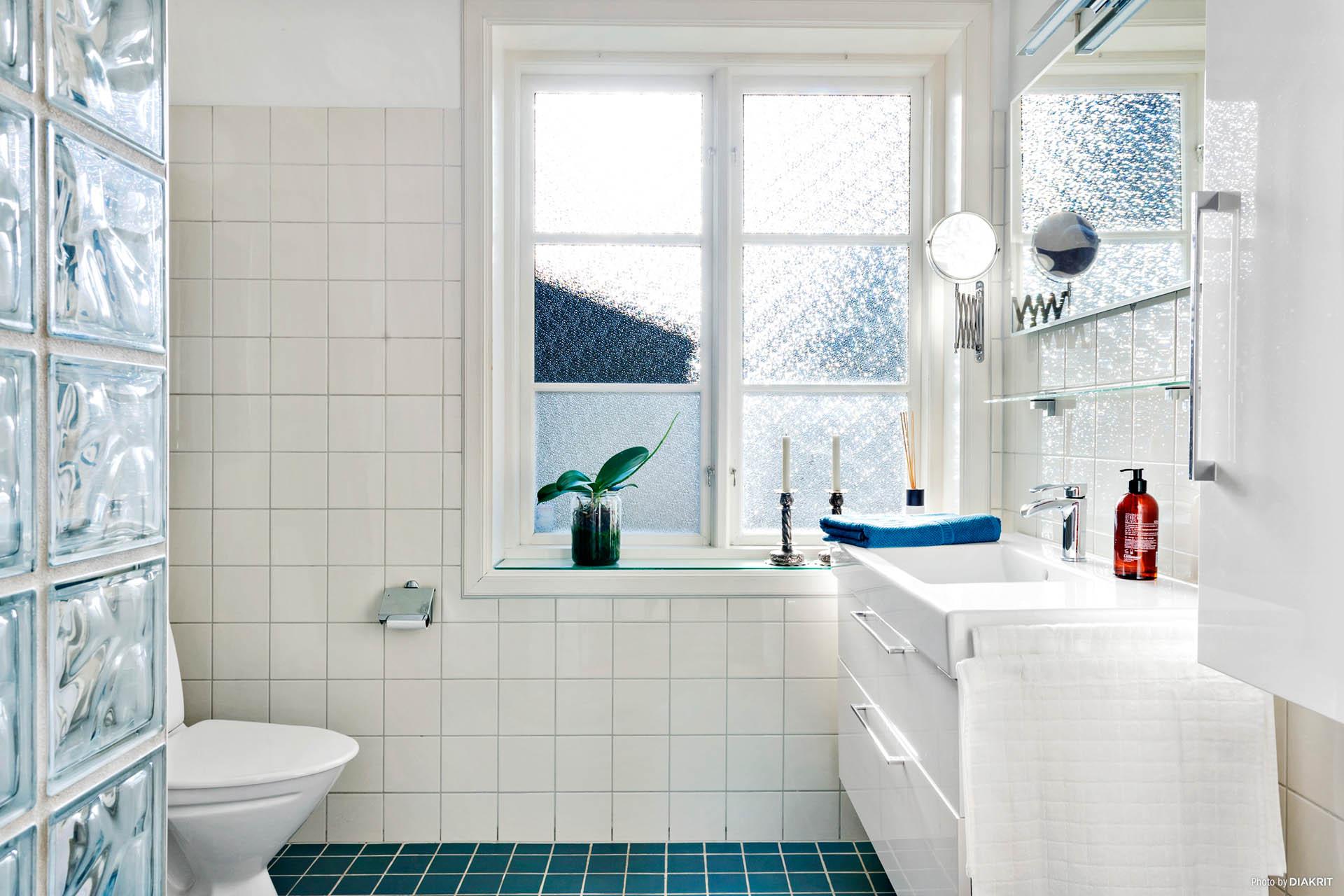 BADRUM 1 - Helkaklat fräscht badrum med dusch o handdukstork