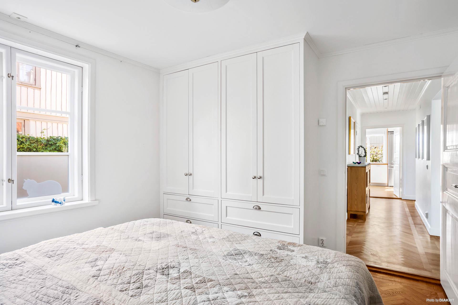 SOVRUM 1 - Ljust sovrum med platsbyggda dubbelgarderober