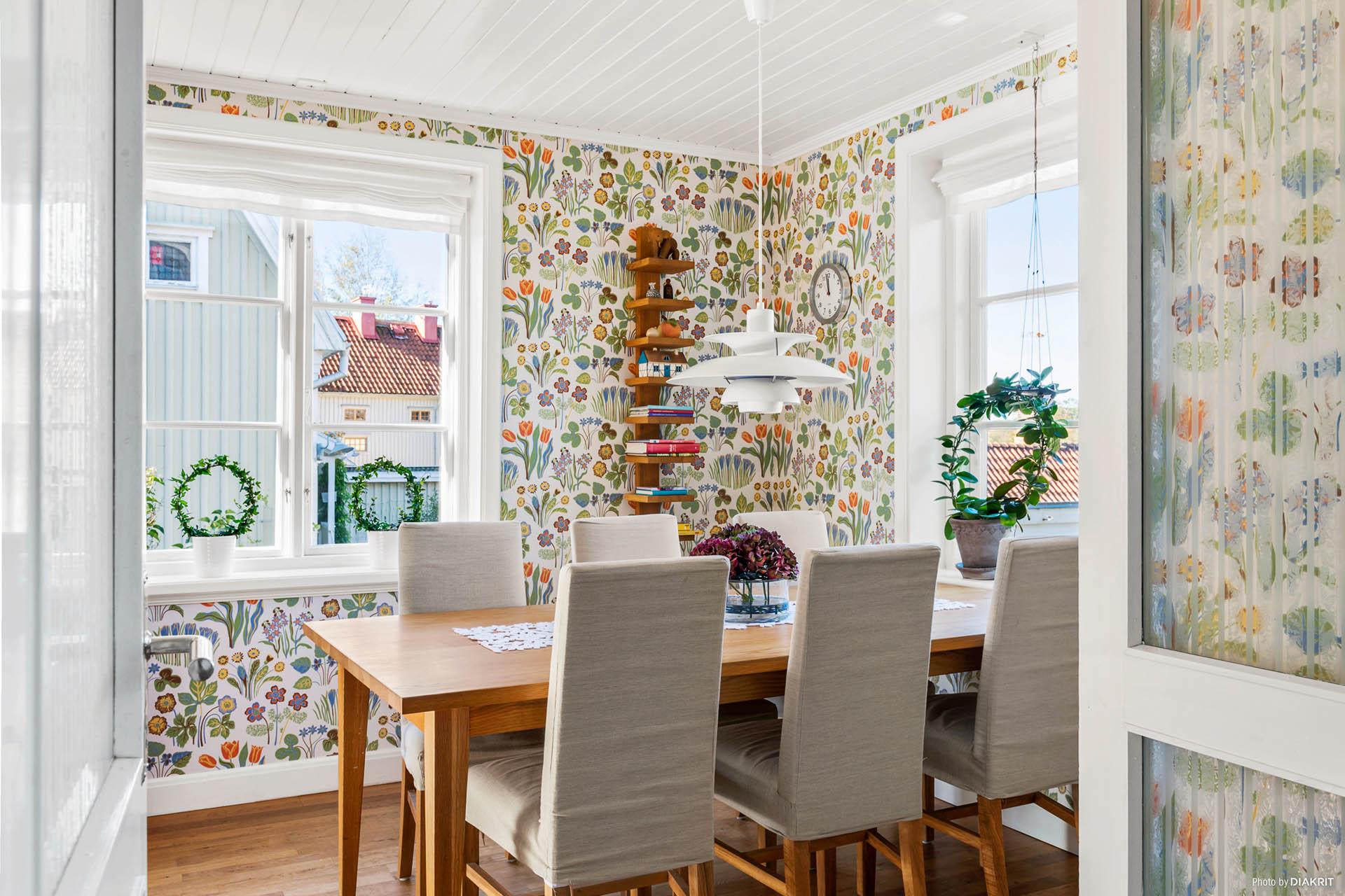 MATPLATS - Mysig matplats med vacker tapet av Josef Frank