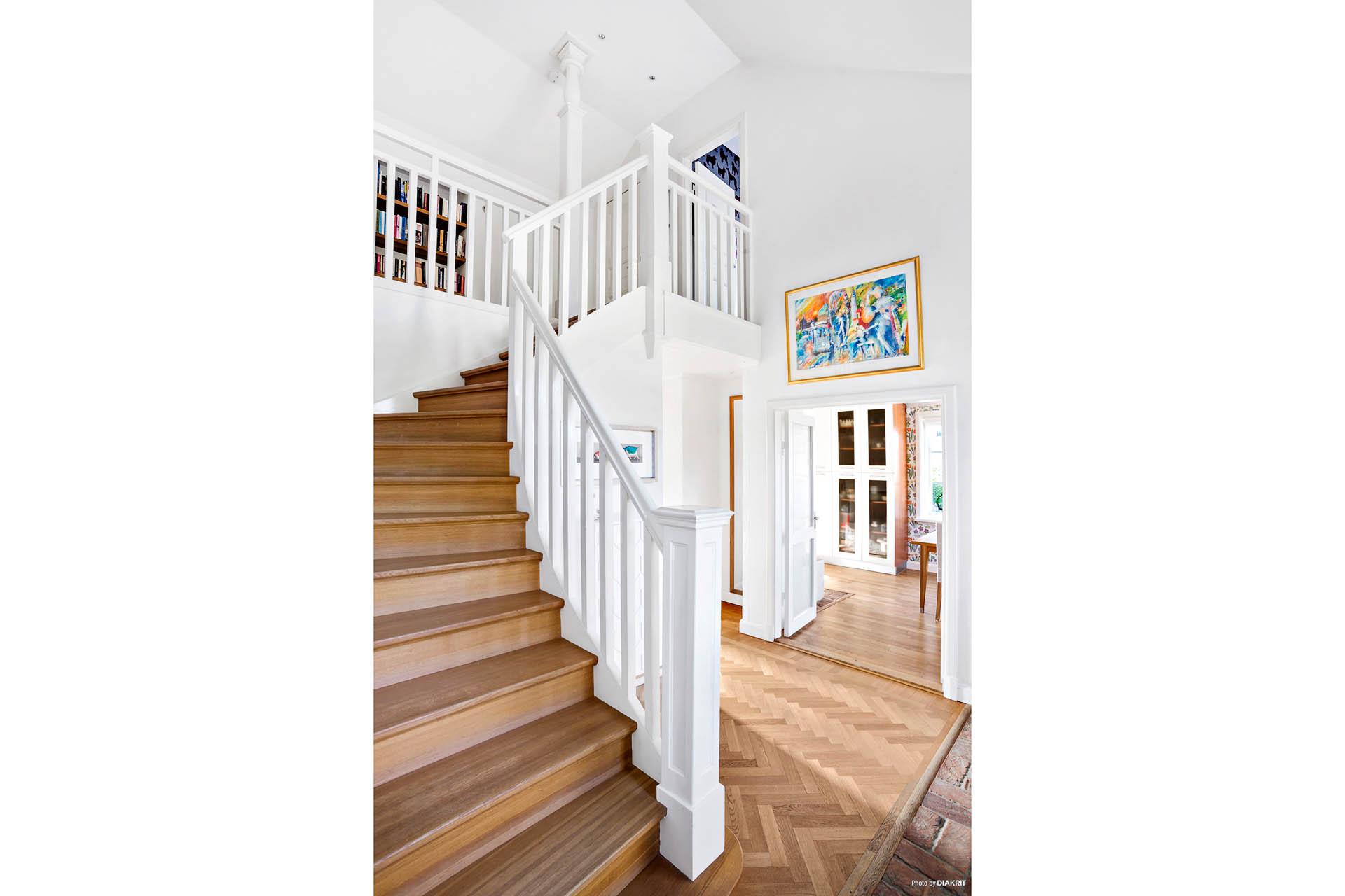 TRAPPA - Stilfull trappa i ek och fantastiskt vackert trappräcke