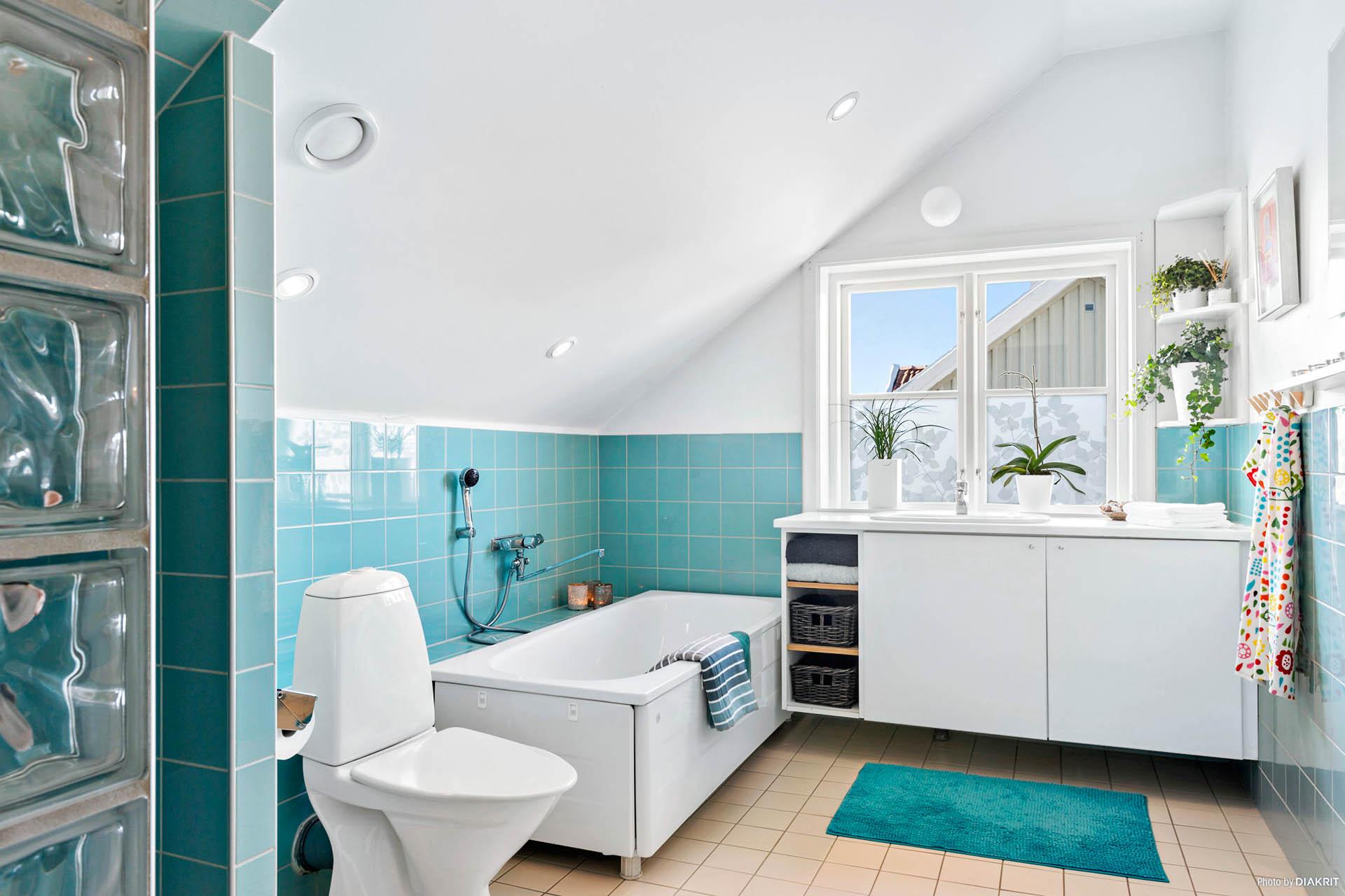 BADRUM 2 - Fräscht badrum med fin utsikt som rymmer badkar & dusch