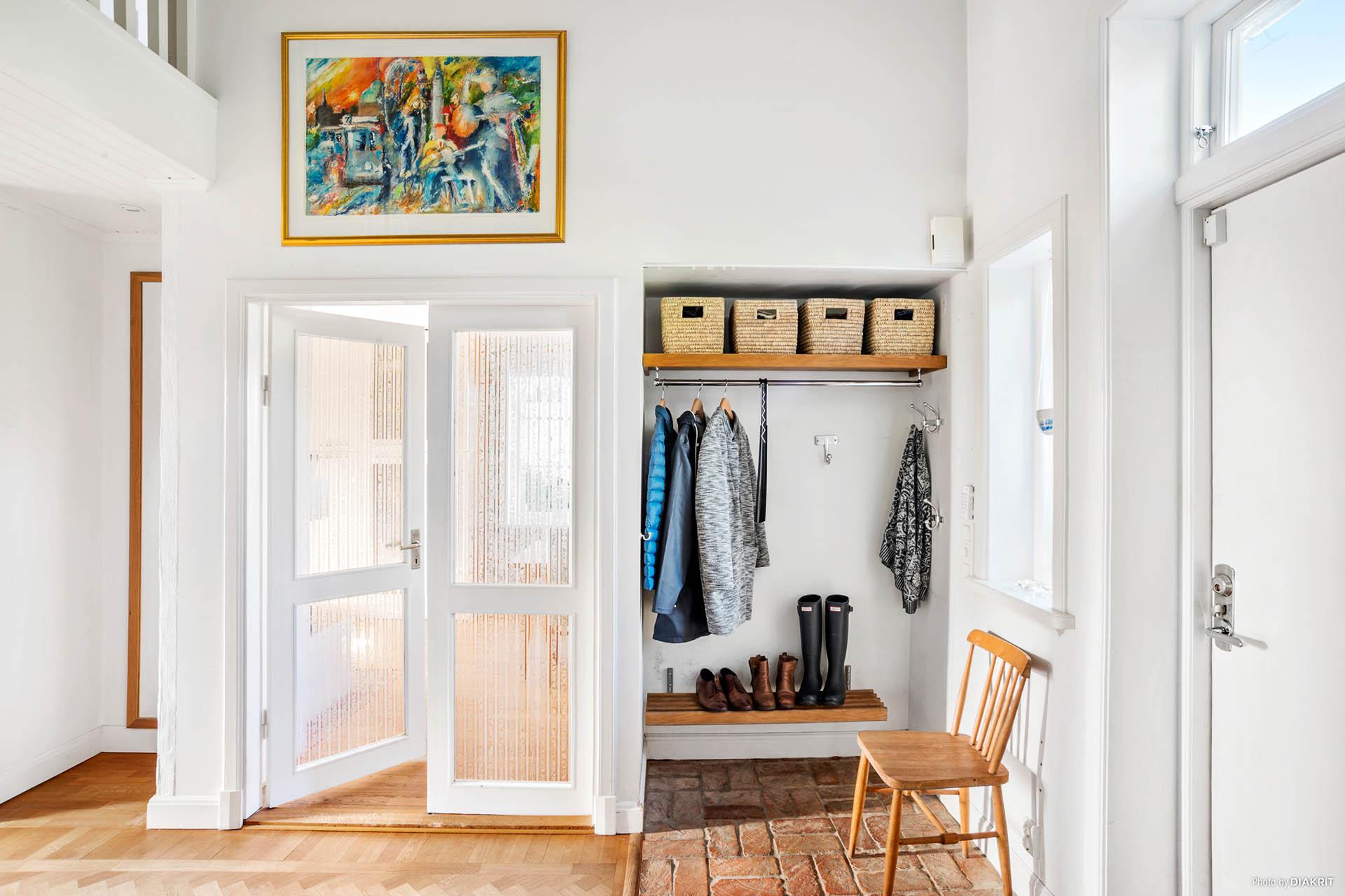 ENTRÉ - Plats att hänga av sig och vackra pardörrar till köket