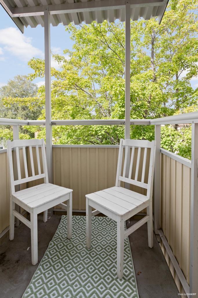 Balkong med plats för mindre möbelrupp.