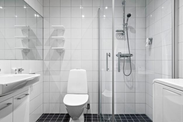 Fräscht badrum med tvättmaskin.