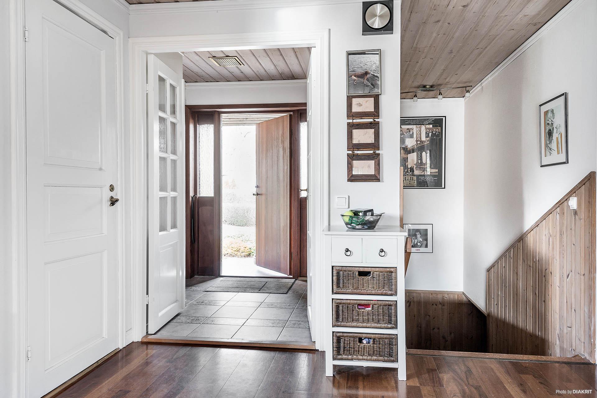 Entré/hall samt trapp till källaren