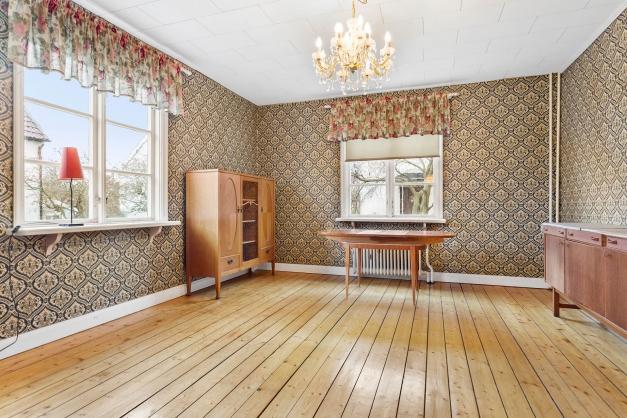 Sällskapsrummet har också vackra originaldetaljer