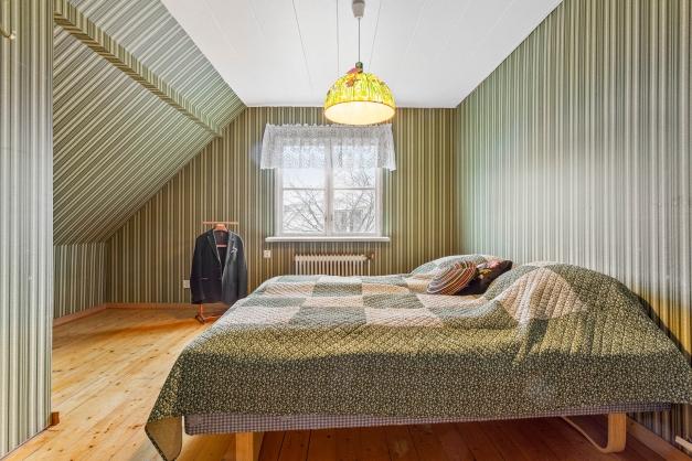 Stort sovrum med klädkammare