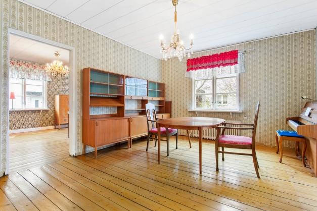 Gamla vackra plankgolv i matsalen
