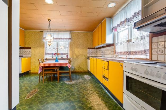 Köket är rymligt och är senast renoverat på 1970-talet