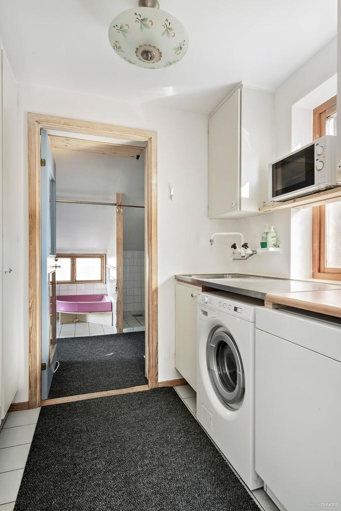 Hall med förvaring och tvättavdelning