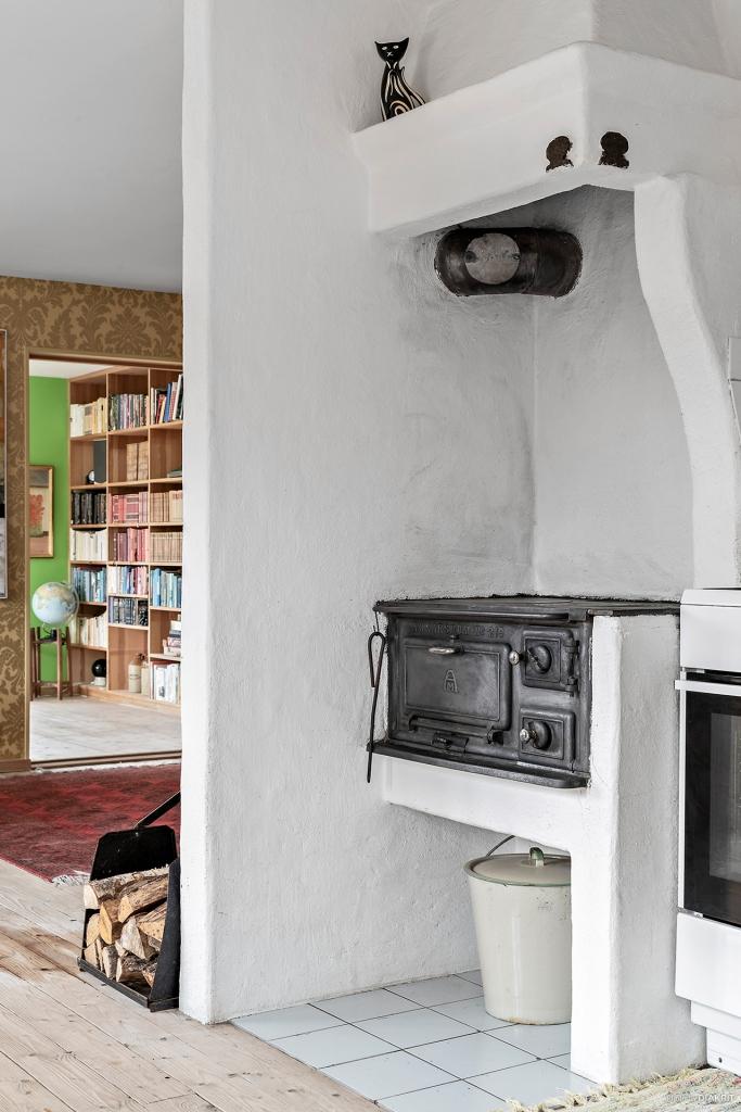 Detaljbild från kök med vy in mot bibliotek