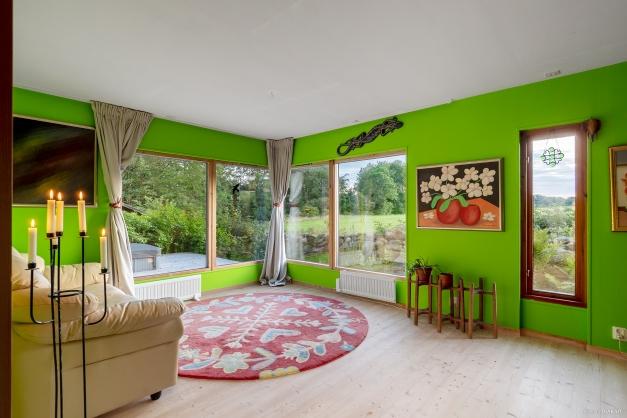 """Det """"gröna rummet"""" används idag som bibliotek. Magisk utsikt över ängarna"""