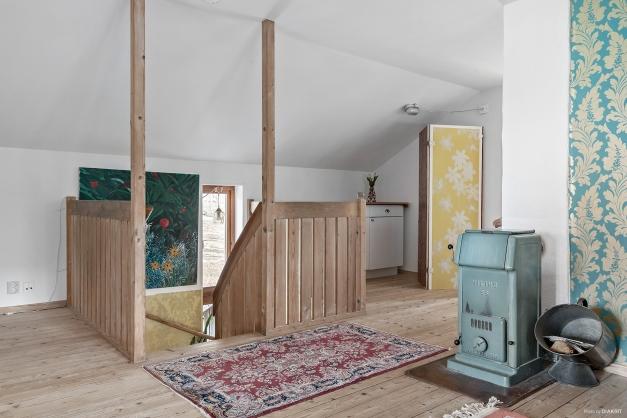 En trappa upp finns ett allrum och tre sovrum