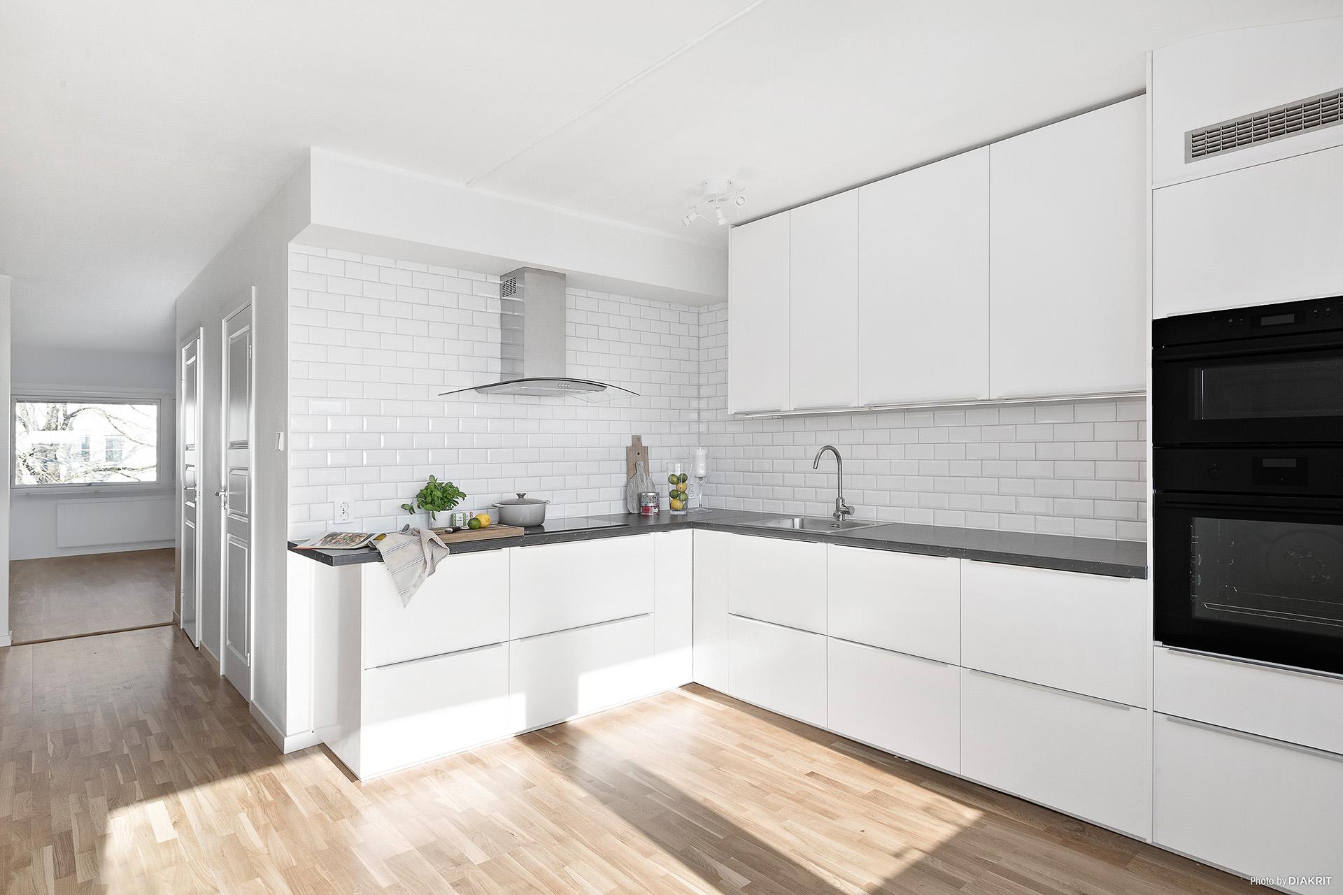 Kök i vinkel med bra arbetsytor och förvaring