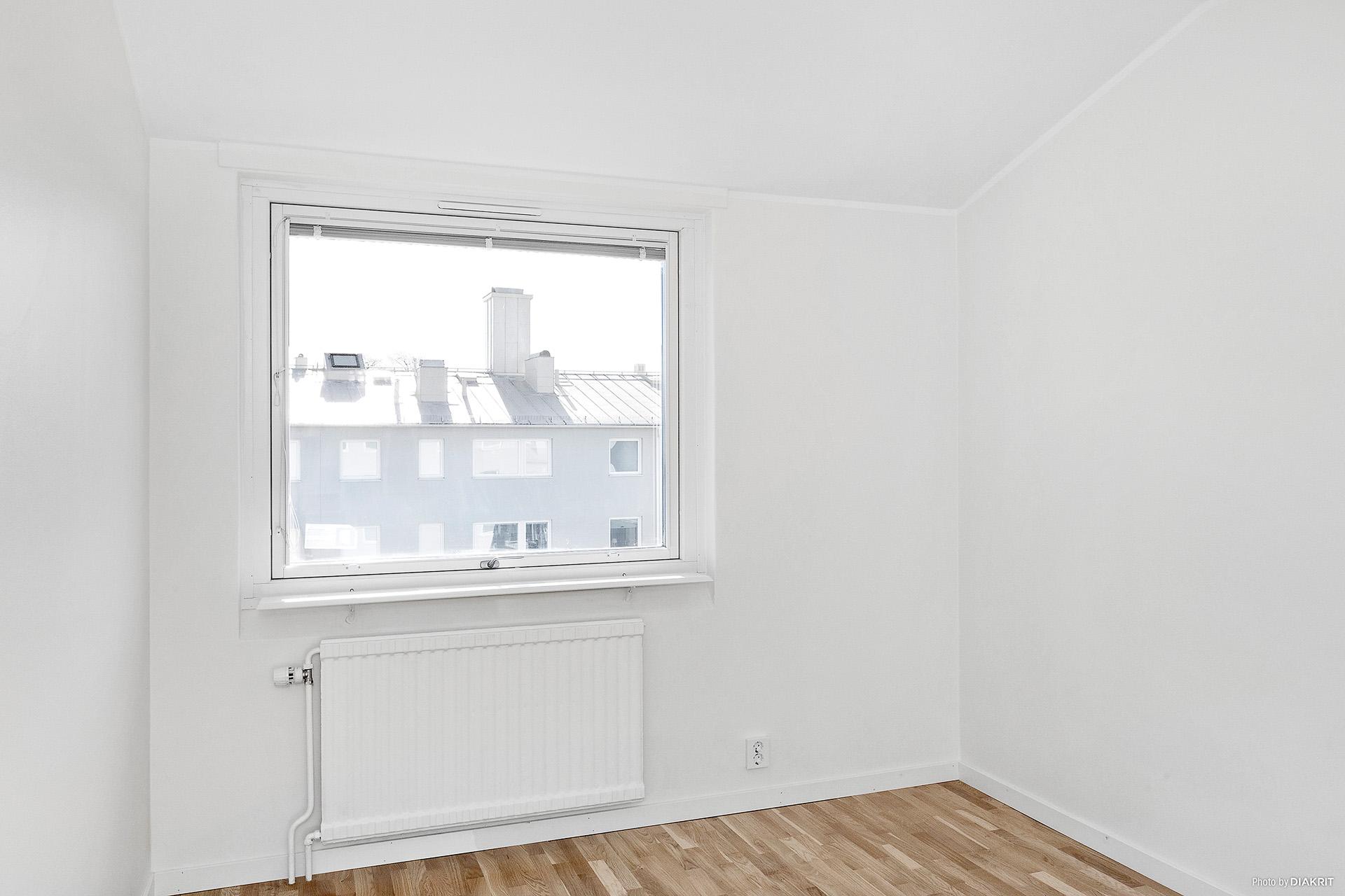 Sovrum 2 med fönster mot innergård