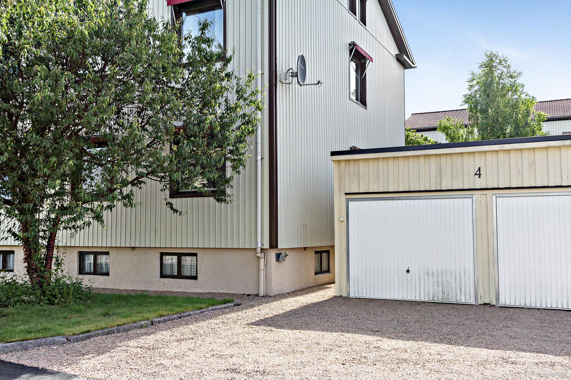 Till bostadsrätten hör ett garage samt en parkeringsplats!