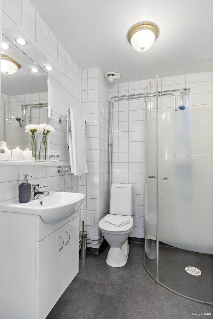 Fräscht och stilrent badrum.