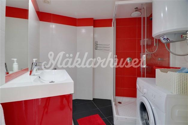 Renoverat badrum med tvätthörna