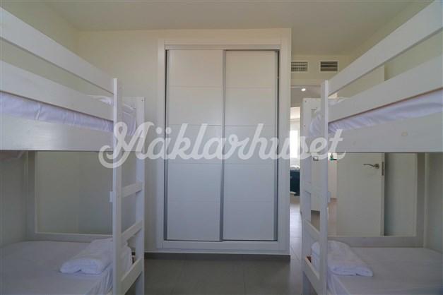 Sovrum 2 med inbyggd AC och inbyggda garderober