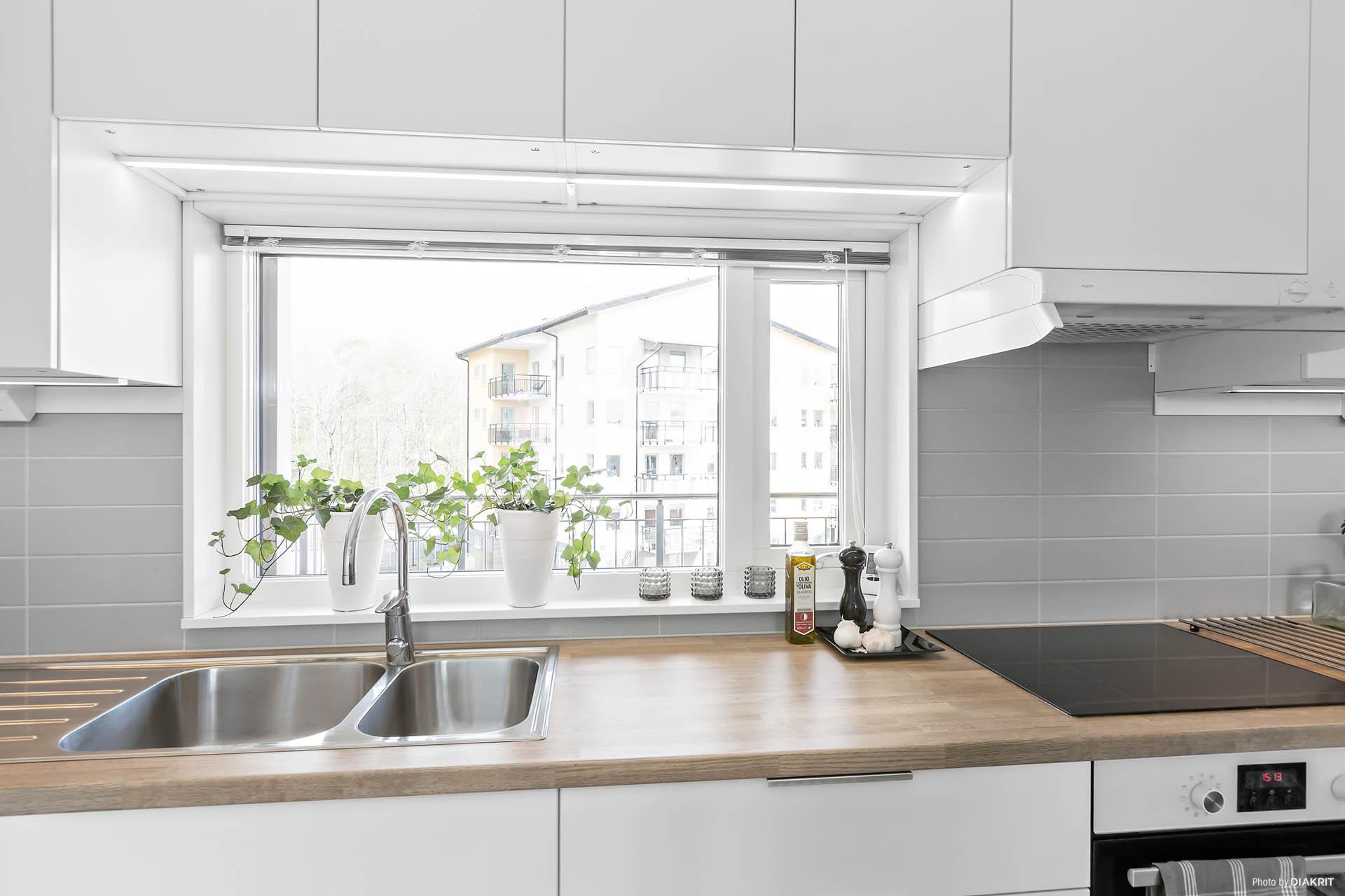 Bra ljusinsläpp från fönster ovan köksbänk