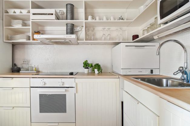 Ljust kök från 10-tal med bra förvaring och plats för matlagning