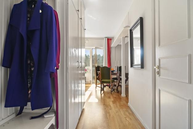 Bra hall med plats för förvaring i form av tre garderober och hatthylla