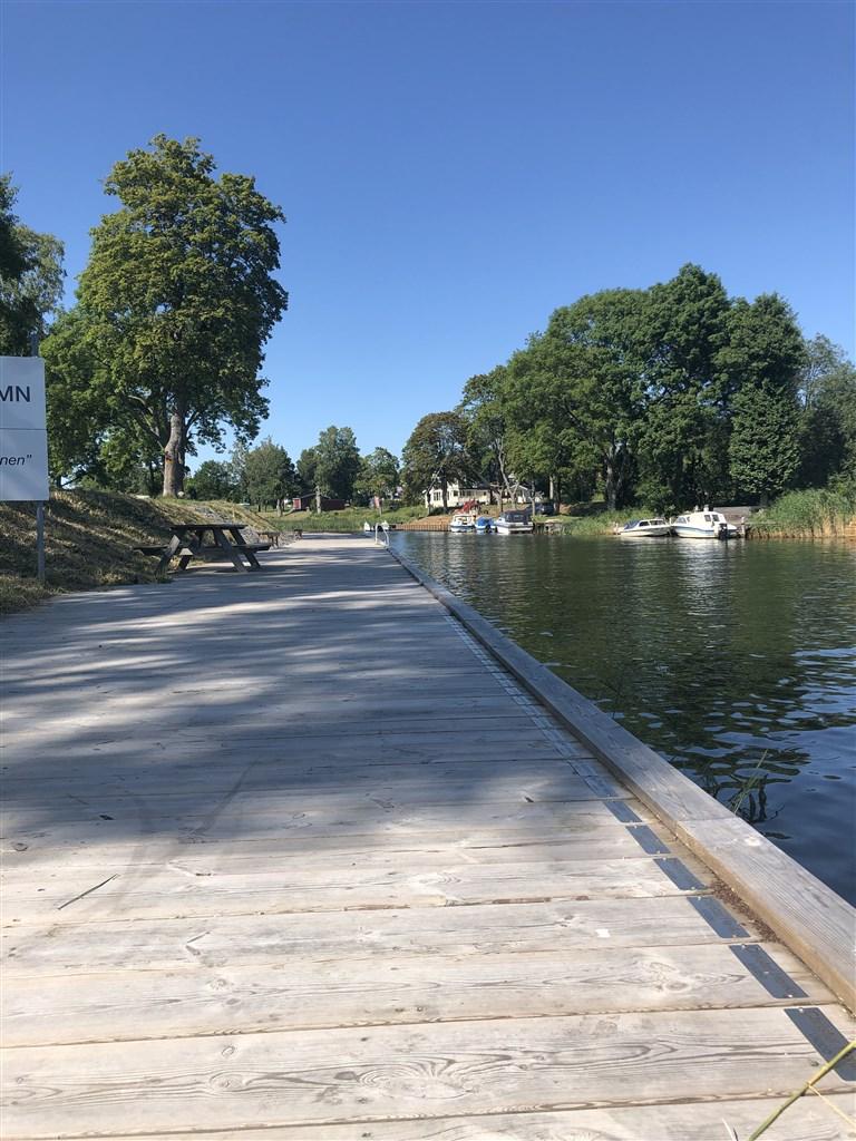 Gångbryggan längs kanalen