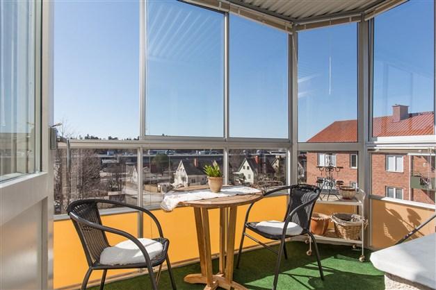 Fantastisk inglasad balkong i fritt söderläge!