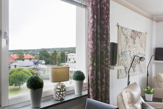 Gavelfönster med utsikt och ljusinsläpp.