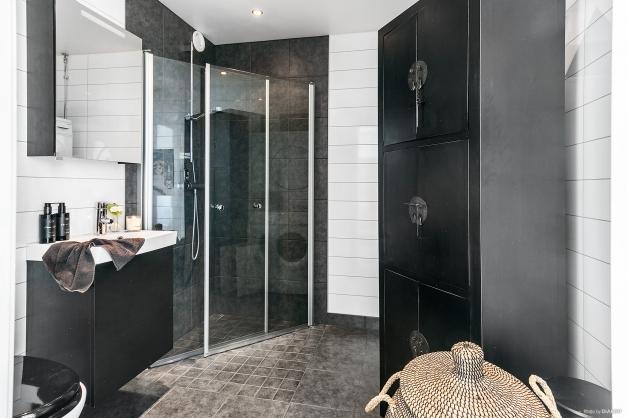 Tjusigt badrum, det finns tvättmaskin och torktumlare (syns ej på bild)
