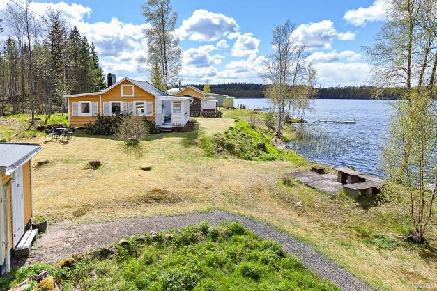 Fritidshus på sjötomt med egen brygga och båtplats