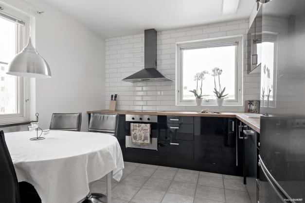 Med fönster åt olika väderstreck, får köket  ett bra ljusinsläpp.